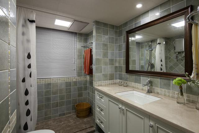 卫生间瓷砖应该贴到顶吗